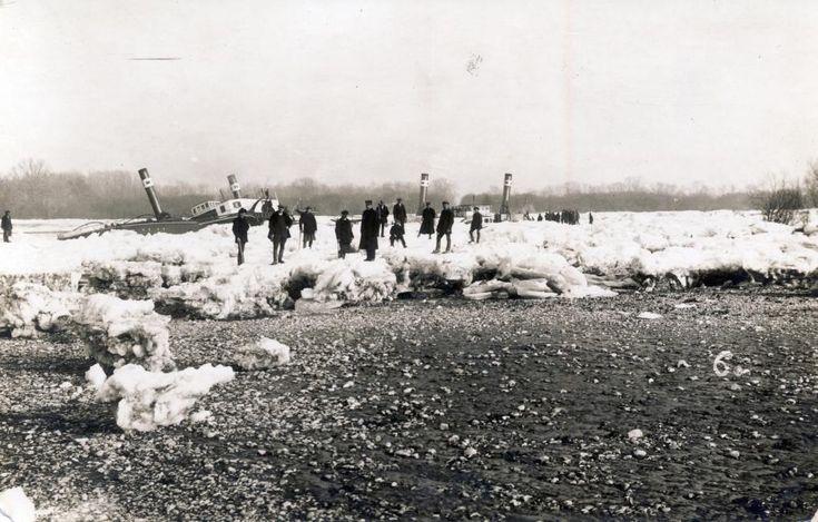 a Csehszlovák Dunahajózási Társaság gőzhajói a jeges Dunán Pozsony térségében. Balra a jég által zátonyra nyomott Sazava, jobbra a kiszabadítására érkező Morava.