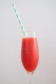 Strawberry daiquiri; een zomerse cocktail met gemaakt van verse aardbeien. Ijskoud en heerlijk fris. Lekker als het buiten warm is.