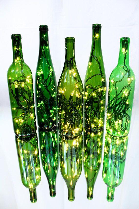 Lámparas de encendido botella de vino, de basura con clase, hacen el acento perfecto a cualquier habitación, como un regalo único y pensativo. Si las luces están encendido o apagado, estas botellas de vino encendidas agregue un magnífico toque de clase a cualquier espacio. Perfecto para cualquier habitación de su casa, oficina o negocio, estas lámparas, creadas a partir de botellas de vino recicladas, crean un resplandor cálido y acogedor, cualquier hora del día o la noche. Si estás relajada…