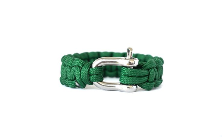 Kelly Green // Paracord Survival Bracelet | Features:   - USA 550 Type III Paracord  - EUR High-Grade 316L Stainless Steel Shackle with a working load of 1056 lbs (480 kgs)  - Tensile Strength of 550 lbs (249 kg)   Featured here in Kelly Green: Green represents integrity, self-reliance and endurance. This Kelly Green band is a stand out green and easy on the eyes. The sight of this band gives off a sense of grounding energy and revitalization.   #Paracord #FunctioningWithStyle…