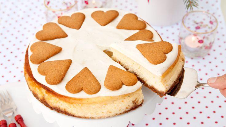 Baka med smak av pepparkaka – på nytt vis! Krämig cheesecake med smulade pepparkakor som botten och krämig färskost smaksatt med apelsin. Gör den gärna i god tid före servering.