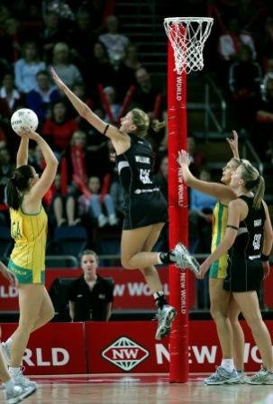 Susan Pratley (Aus) shoots v Casey Williams (NZ), World #Netball Champs in Auckland 2007