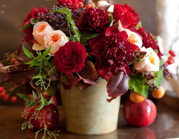 Peach & Red flower arrangement So pretty! I'm digging the red apples too