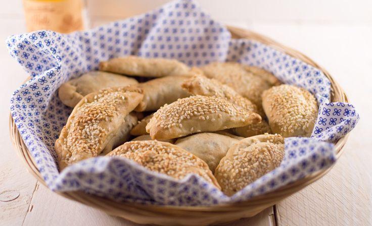 Sambousek zijn Iraaks gevulde pasteitjes, ik maakte ze met een vulling van kikkererwten en een van spinazie. Een origineel vegetarisch hapje op een feestje!