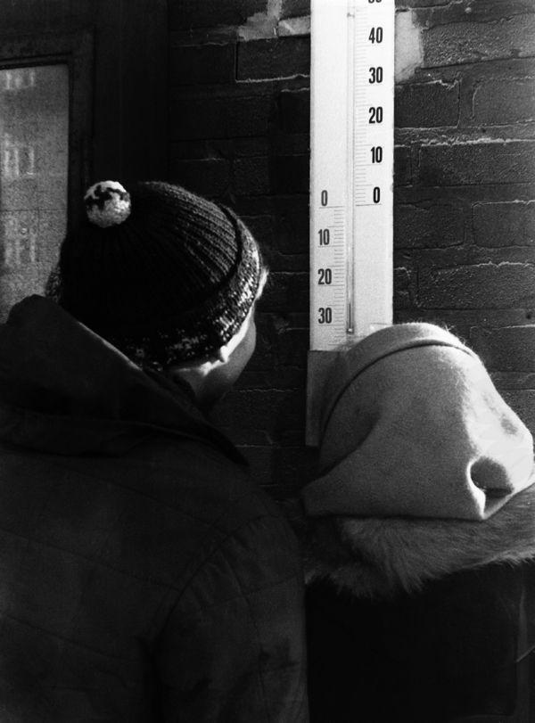 Vuonna 1968 lämpömittari oli reilusti pakkasen puolella. Kuva: Helsingin kaupunginmuseo.