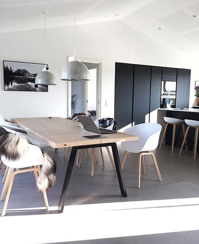 Dit toffe huis is van NUR Designer Maja Bogh Vindbjerg (@__maja__) naast haar eigen merk @nur_design ontwerpt ze ook hele gave items voor @wouddesign 👌🏻 #ilovemyinterior