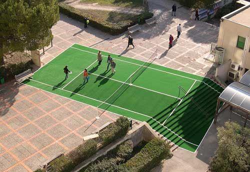 LaurentPERBOS  Aire 2005  Gazon synthétique, filet de tennis  Dimensions réglementaires d'un court de tennis soit 23,774 x 10,973 m  Vues d'exposition à l'Université de Provence, Parvis du Centre des Lettres et Sciences Humaines