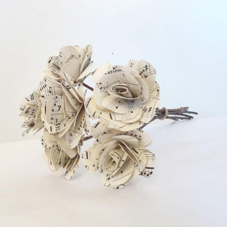 Bouquet de six roses en papier // partition ancienne : Accessoires de maison par paperandcy