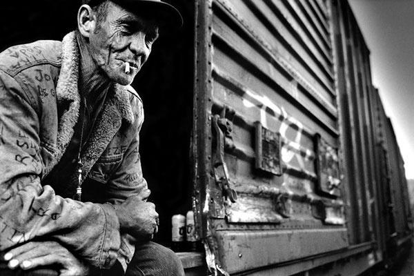 """Recorriendo Estados Unidos en tren como un polizón. El blog ruso Big Picture se fija en """"Hobo's in the USA"""", un reportaje realizado por Stephan Vanfleteren tras recorrer Estados Unidos durante seis meses a bordo de trenes de mercancías. Compartiendo vagón con vagabundos, delincuentes, pescadores con pocos recursos y veteranos de Vietnam, el fotógrafo se integra como un polizón más para mostrar cómo estas personas usan dicho medio de transporte para desplazarse por el país."""