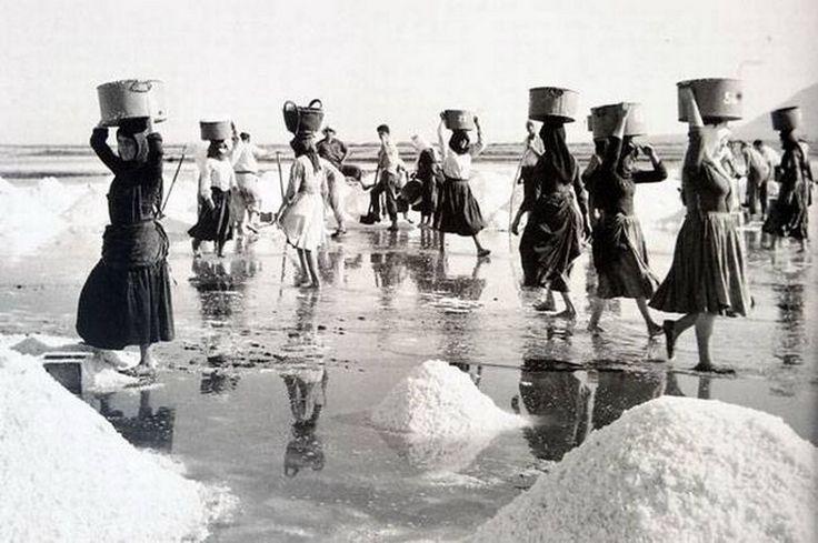 Οι 'Καρυάτιδες' της Λευκάδας Balafas Costas [1917-2011 Greek photographer]