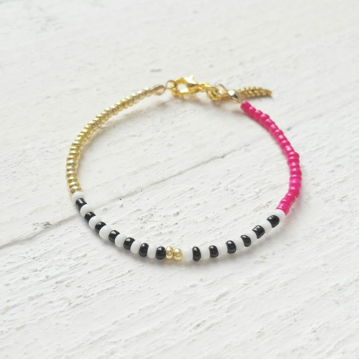 So fun to create new items ♡  This boho inspired bracelet is made of small rocailles beads and has a golden feather charm. We're looking forward to summer, don't you?