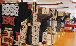 【登別】アイヌの民族衣装などを製作する「ピリカノカの会」(上武やす子代表)の作品展示会が20、21両日、市内の鉄南ふれあいセンターで開かれた。 同会と室蘭、函館の全3教室の生徒らが製作した作品約250点を展示。いずれも上武さんが指導にあた...
