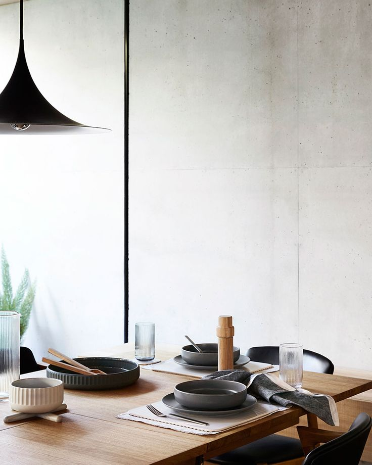 Update your table with a neutral palette combining timber, stoneware and linen.