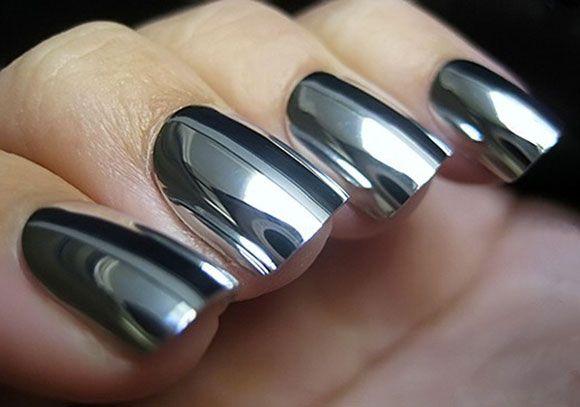 O prata cromado está na maquiagem, nas roupas, nos sapatos e também nas unhas. Fizemos uma seleção de esmaltes pra você conseguir o efeito em casa...