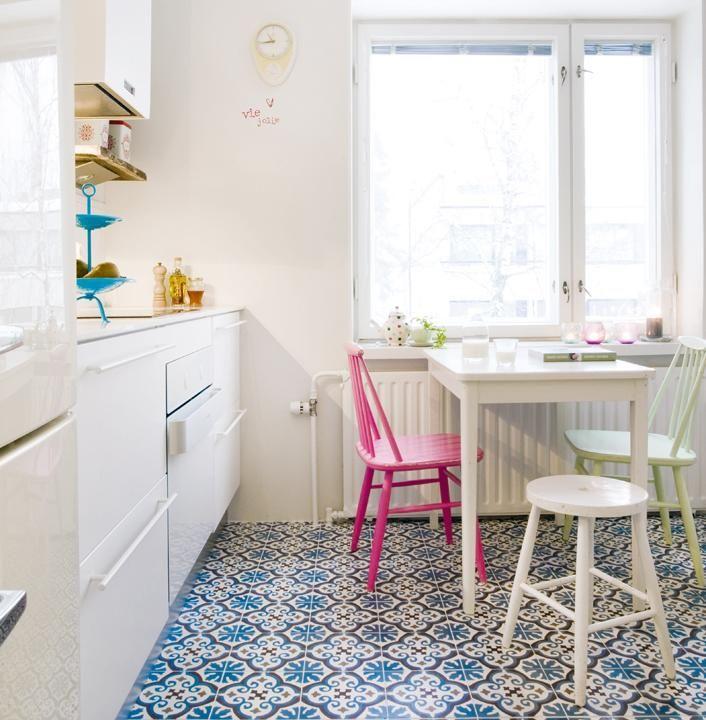 Espanjalainen kuviolaatta tuo eloa muuten valkoiseen keittiöön.Valkoinen Gorenjen uuni on ora-ito-mallistoa.Sympaattiset pinnatuolit on maalattu itse ranskanpastillien sävyihin. | Raikas tuulahdus | Koti ja keittiö | Minna Granström | Kuva Mindre/Rene Granström