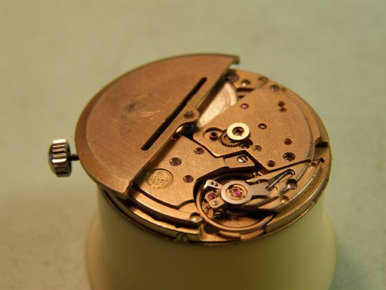 Gyakori jelenség, hogy egy automata óra fura hangokat ad ki, amikor fülünk mellé helyezve mozgatjuk. Sok esetben ez a hang azt jelzi, hogy a rotor beleér a csapágylemezbe, vagy a hátlapba. Automata felhúzású szerkezetek egyik legjobban igénybe vett alkatrésze a rotor középcsapágya. A csapágy kopása megszokott jelenség egy ilyen korú szerkezetet esetén, amire sok megoldás kínálkozik. Ezt a műveletet szeretném most a gyakorlati publikáció keretei között bemutatni.