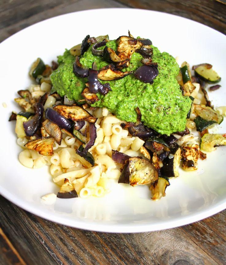Spinatpesto: 1 dl mandler 1 dl gresskarfrø 200 g frisk spinat (= 1 stor pakke) olivenolje 1-2 ss næringsgjær (kan sløyfes) havsalt + litt pepper