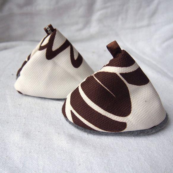 綿大柄地を表地にした三角コーン型の二個セットの鍋つかみです。 大柄の生地を切って製作した為同じ柄の物はありません。   三枚の布を重ねて作った三層構造、少...|ハンドメイド、手作り、手仕事品の通販・販売・購入ならCreema。