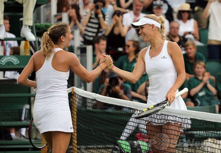 テニス、ウィンブルドン選手権(The Championships Wimbledon 2014)女子シングルス1回戦。試合後、シャハー・ピアー(Shahar Peer、左)と握手を交わすカロリーネ・ボズニアツキ(Caroline Wozniacki、2014年6月24日撮影)。(c)AFP/ANDREW COWIE ▼29Jun2014AFP|ウィンブルドン初戦突破のボズニアツキ、ネット恋愛「興味ない」 http://www.afpbb.com/articles/-/3018723 #The_Championships_Wimbledon_2014 #Caroline_Wozniacki #Shahar_Peer