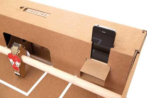 Tischkicker aus Karton und Wellpappe. Integrierter Lautsprecher für ein Smartphone. http://www.funktionswerbung.com