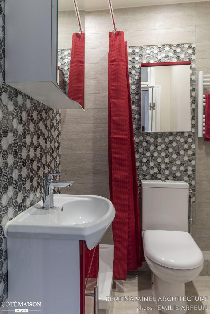 Les carreaux graphiques structurent l'espace dans cette petite salle de bains