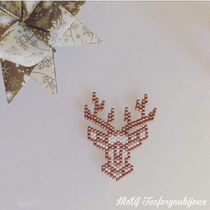 Mon nouveau modèle origami de saison ✨ Je dois être vraiment maso car les bois c'était aussi terrible à tisser que le magnifique cerf de @pauline_eline Et après avoir fini les 2 côtés, le droit ne me plaisait pas alors j'ai coupé et refait #jenfiledesperlesetjassume #miyuki #jenfiledesperlesetjaimeca #perles #perlesaddictanonymes #miyukibeads #motifteaforyoubijoux #renne #origami #teaforyoubijoux