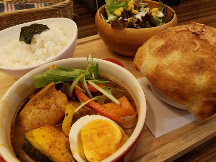スープとパイ包みカレーのセット 東京らっきょブラザース@早稲田 名前に似あわず可愛いお店です。欲張ってハーフ&ハーフにしたけど単品のスープカレーが気合い入ってます🎵パイ包みは本日はシーフード。辛さも選べて美味しいです❗ #早稲田はカレーとラーメンと定食屋さんの宝庫