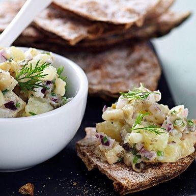 Tro det eller ej, men inlagd aubergine både smakar och ser ut som sill! För att det sedan ska bli till en vegansk gubbröra – blanda den inlagda auberginen med kapris, potatis, rödlök, gräslök och växtbaserad crème fraiche. Bjud på knäcke och toppa med dill.