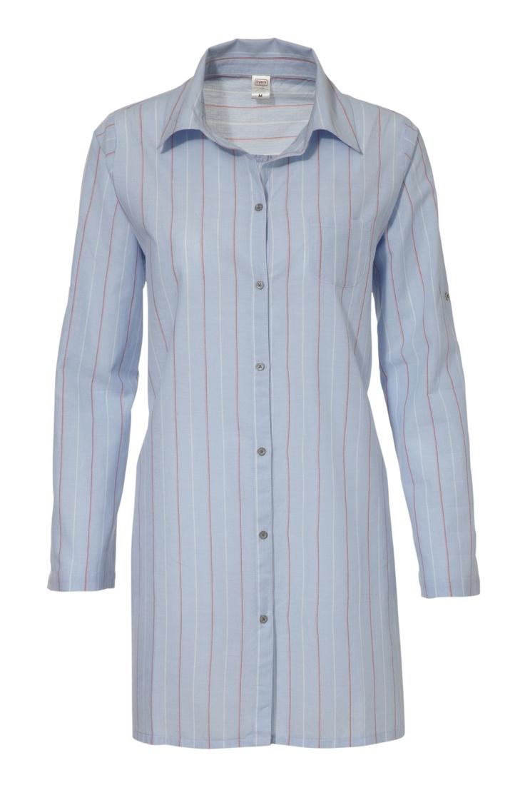 Dit Livera nachthemd met zijn streepjes motief heeft een 'boyfriend look'. Het geweven nachthemd valt slank en is voorzien van een streepjes print in blauw met koraal en ivoorkleurige accenten.