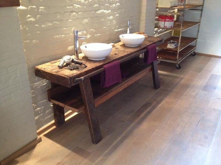 Badkamermeubel van werkbankje gemaakt, legger gemaakt uit scheepshout en stalen buis om handdoeken op te hangen. Alles is mat vernist, dus onderhoudsvriendelijk. - te koop bij www.facebook.com/fishdesign.be