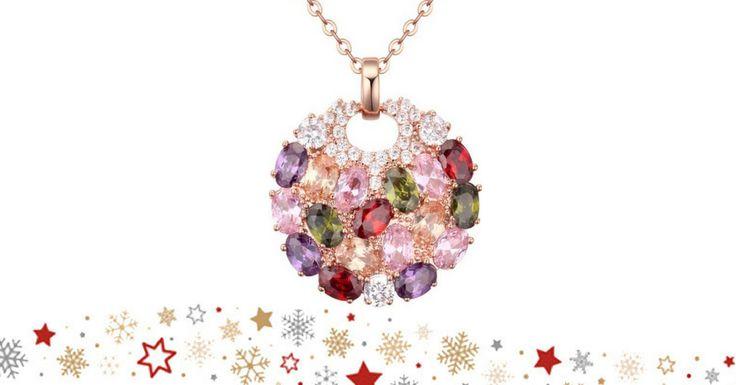 Colar, com banho de ouro rosa de 18k, decorado com Zircónias Swarovski. Made with Swarovski elements. Pendente: 3,3 x 2,9 cms, Colar: 45 cms (2x22,5). O Colar é enviado numa elegante caixa de jóias, com saco e garantia (2 anos).