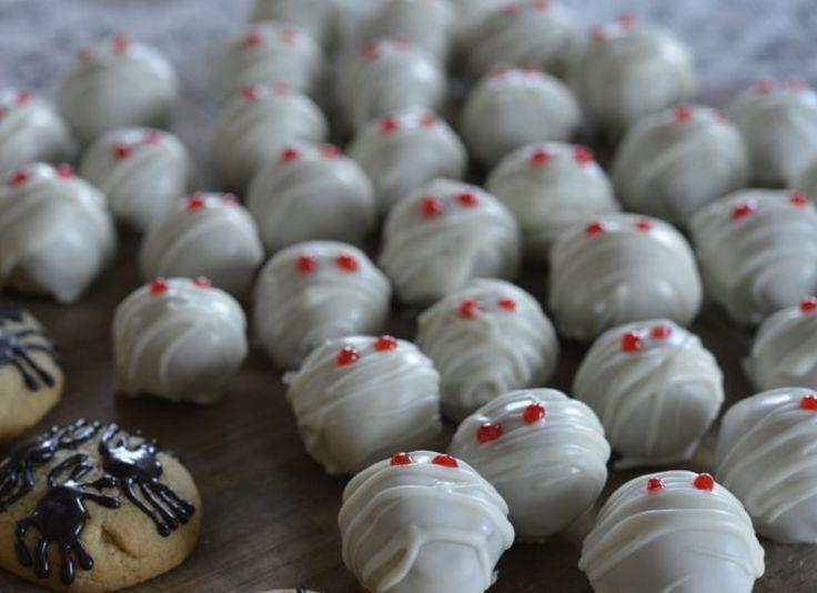 Disse mumie trøflene med cookie dough fyll er så sykt gode at jeg må innrømme at jeg klarte å spise opp så mange at jeg måtte lage en ny runde for å ha nok til Halloween! Jeg hadde satt dem i kjøleskapet etter jeg hadde laget dem og skulle bare smake hvordan de ble. Det …