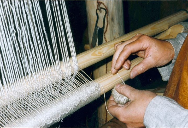 Making continuous string heddles