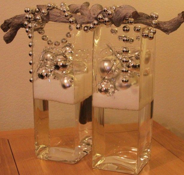 Leuk als (kerst)decoratie. 2 vazen voor de helft vullen met water. Daarna een laag poedersneeuw (kunst) aanbrengen en vervolgens de kerstballen of iets anders anders. Bovenop de vazen heb ik nog 2 decoratietakken geplaatst met een kralenketting.