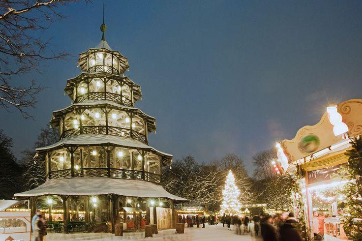 Weihnachtsmarkt am Chinesischen Turm, München Traumhaft im Englischen Garten situiert, ist der Münchner Weihnachtsmarkt am Chinesischen Turm der perfekte Ort, um sich in Adventsstimmung zu bringe