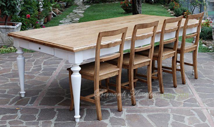 Tavolo in legno massello stile country con finitura bicolore, realizzato in qualsiasi dimensione.