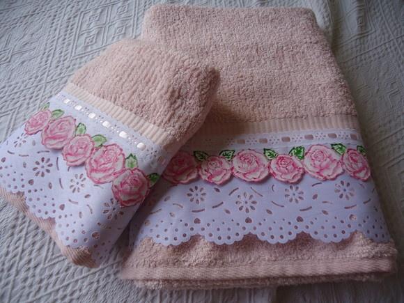 Jogo de banho rosa luxo, toalha sina linha Paris decorada com bordado branco largo, bordado rosas pintado a mão, passa fita e fita de cetim.  Contem uma toalha de banho e uma toalha de rosto: R$70.00 + frete    Taciana Parelho das Neves  Taciana Design - Artes têxteis personalizadas.  http://www.tacianadesign.blogspot.com  http://www.tacianadesign.elo7.com.br R$70,00