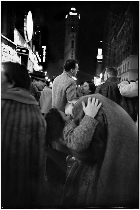 Capodanno a Times Square New York 1959 | New Year's Eve   Henri Cartier-Bresson. #NYC #NewYork #CartierBresson