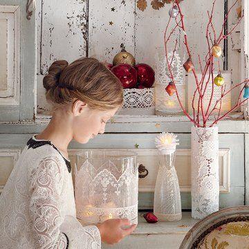 Des vases recouverts de dentelle