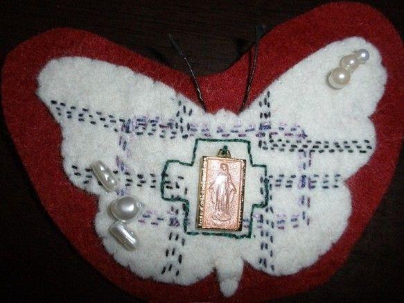 ちょうちょの形のフエルトを 刺繍ブローチに仕立てました。和柄の六弥太を参考に 教会をイメージして刺繍しました。ジャケット、バッグ、帽子などにつけて 着こなしの...|ハンドメイド、手作り、手仕事品の通販・販売・購入ならCreema。