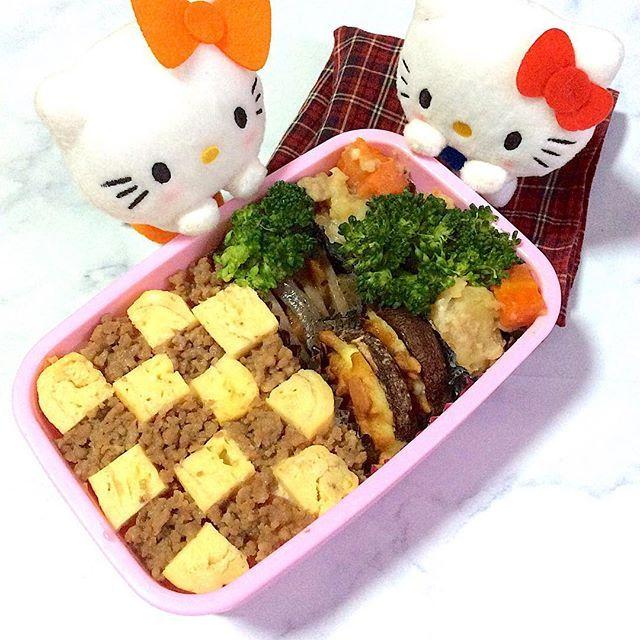 11/22「モザイク #そぼろ丼 の #お弁当 」 . #goodmorning #おはようございます ♬ . 今日行けば明日はお休み〜と思ったらめっちゃ疲れてたけどテンションアゲアゲ . 今日の #lunchbox #lunch は簡単 #つくおき の #肉 そぼろでモザイク #丼 ♬ . とりあえず殺風景だったので #キティちゃん ガン見させてみました(朝から暇か) . 寒くて死にそうなのでポカポカドリンクも持って元気に行ってきます〜〜 風邪など気をつけませう。 , #クッキングラム  #おうちごはん  #snapdish  #コッコファーム  #コッコぱっとアンバサダー  @cocco_farm  #Nadiaアンバサダー #yummy #happy #cooking #和食 #出汁 #japanesefood  #followme #料理好きな人と繋がりたい  #写真好きな人と繋がりたい  #ファインダー越しの私の世界