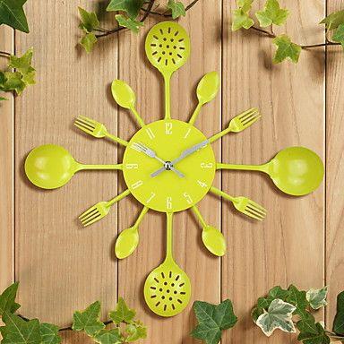 Wandklok keukengerei Deze prachtige Wandklok, is in de vorm van keukengerei. Deze hedendaagse klok, is versiert met drie verschillende keukengerei, een lepel, een vork, en de kwartieren zijn versiert met een pollepel. De pollepel van het half uur en uur, zijn voorzien met druppel gaatjes.  Een excentrieke Wandklok die een prachtige sfeer in de keuken brengt! Bekijk nog meerWandklokken.