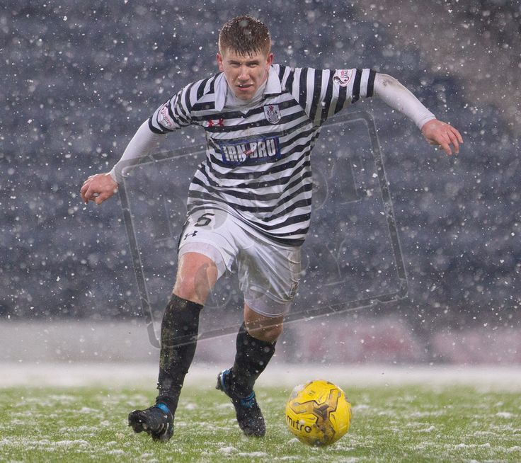 Queen's Park's Scott Gibson on the ball during the SPFL League Two game between Queen's Park and Montrose.