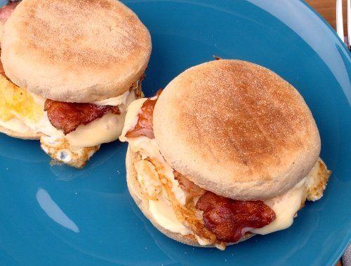 Engelska muffins kan serveras som scones eller mer matiga med stekt ägg och bacon.