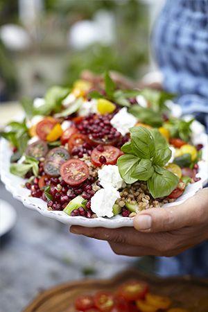 Koka matvete i grönsaksbuljong och lägg det färdiga vetetpå ett stort fat.  Lägg skivade tomater, machésallad, gurka och granatäppelkärnor ovanpå.  Gör...