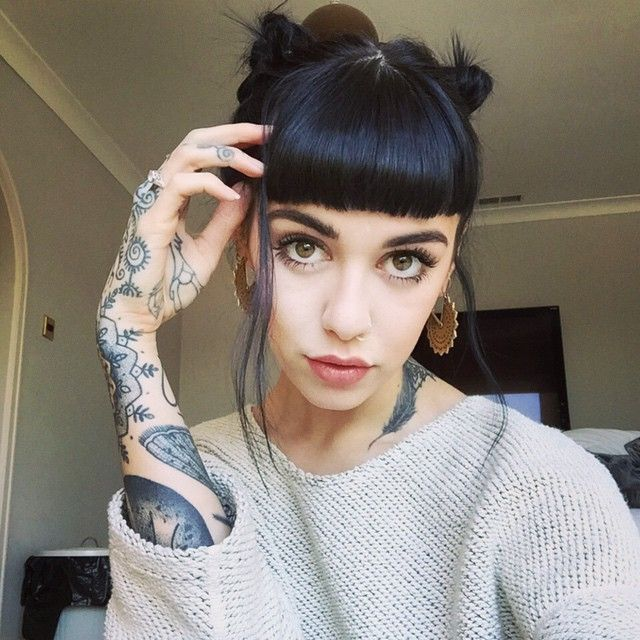 }Hannah Snowdon} hi. I'm Vix.. I'm Mallory's older sister.. I'm pretty laid back.. But I can be a riot... I'm pretty clever and shit.. But uh I'm addicted to smoking and partying.. But yea I'm 21 and single! So hit me up!