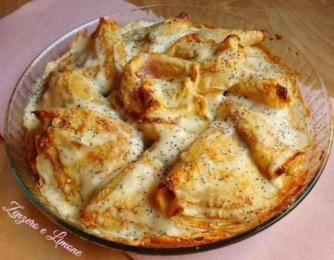 Le crespelle con prosciutto e formaggio sono un primo piatto perfetto da realizzare quando non si ha voglia di preparare farciture più impegnative.