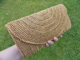 Olá!   Olha essa lindeza esta carteira que eu fiz, é presente para uma tia querida usar no dia de sua festa de Bodas de Ouro. Usei o fio En...