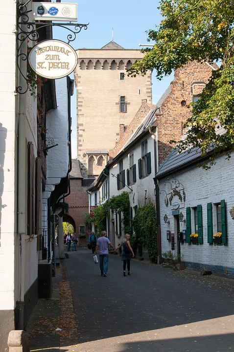 Uma rua na entrada de Zons, pequena e medieval cidade no estado da Renânia do Norte - Vestfália, Alemanha, com a torre defensiva ao fundo.  Fotografia: C. Jordá.