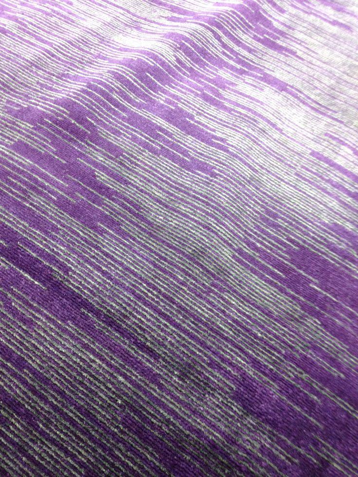 Stripes, villaa harmaat raidat luonnonsilkkiä, matto on solmittu Nepalissa ja kooltaan 240 x 300 cm. Saatavissa myös muiossa väreissä.